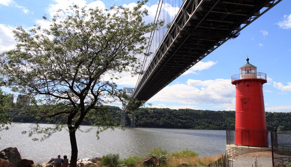 Der kleine rote Leuchtturm und die große grauen Brücke