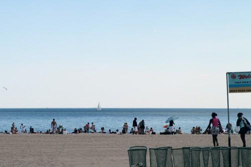 Strand auf Coney Island von der Strandpromenade aus
