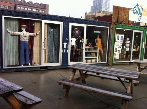 Läden von Künstlern in Containern auf dem Dekalb Market in Brooklyn