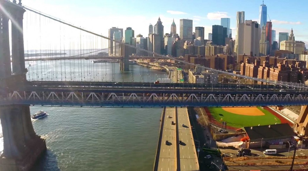 Manhattan Bridge mit Blick auf New York City